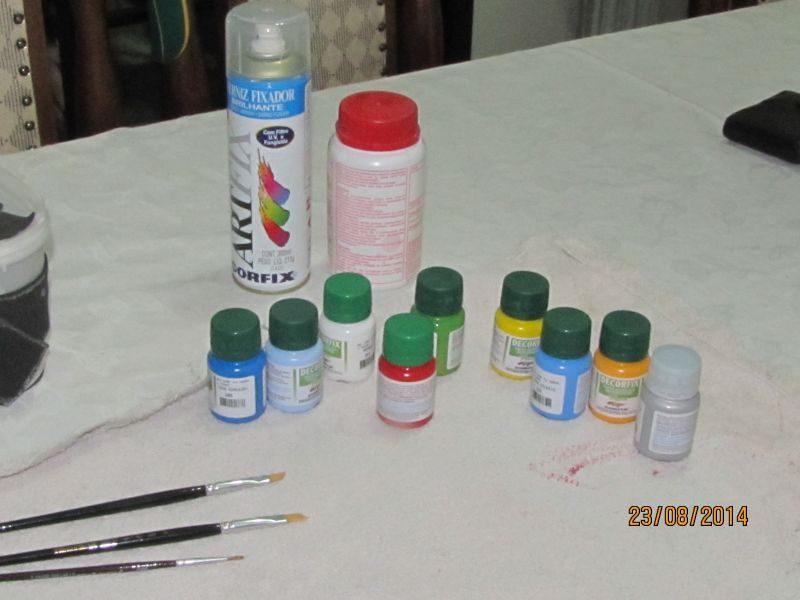 tintas, verniz e pinceis utilizados