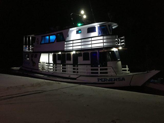 barco na praia a noite no lual.JPG